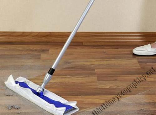 Chỉ lau sàn gỗ theo cách thông thường thì sàn không thể bóng được