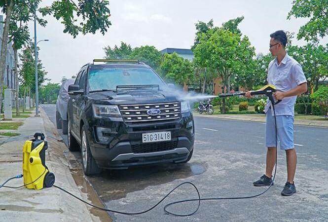 Xịt rửa xe ô tô tại nhà bằng máy phun rửa áp lực cao