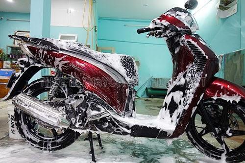 Rửa xe máy bằng xà bông gì?