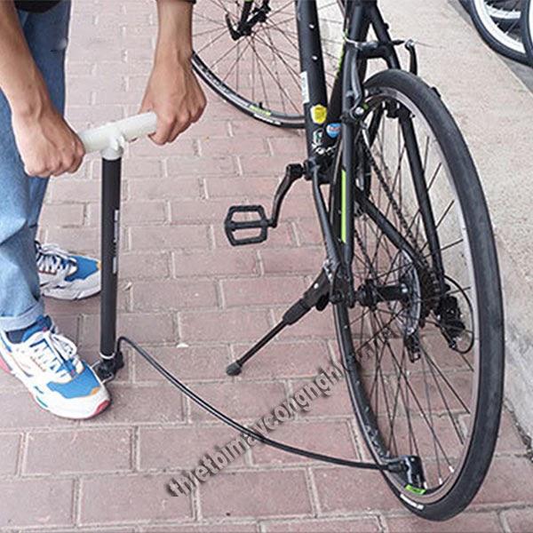 cách bơm xe đạp bằng bơm tay